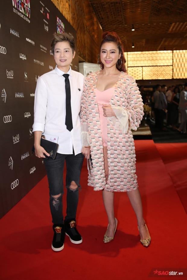 Cựu người mẫu Thúy Vinh biến hóa với style menswear khá menly bên cạnh bạn gái.