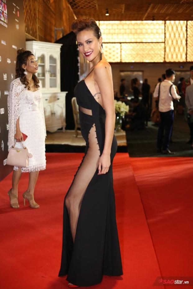 Người mẫu Phương Mai có lẽ là mỹ nhân chịu chơi nhất trong những ngày diễn ra Tuần lễ thời trang bởi cô thay đồ liên xoành xoạch trong rất nhiều trang phục sexy.