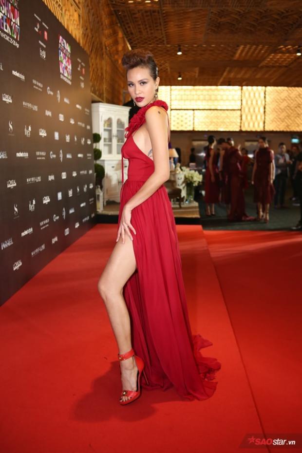 Bộ đồ thứ 2 màu đỏ với đường xẻ đùi cao ngút giúp cô khoe được chân dài thon nuột nà.