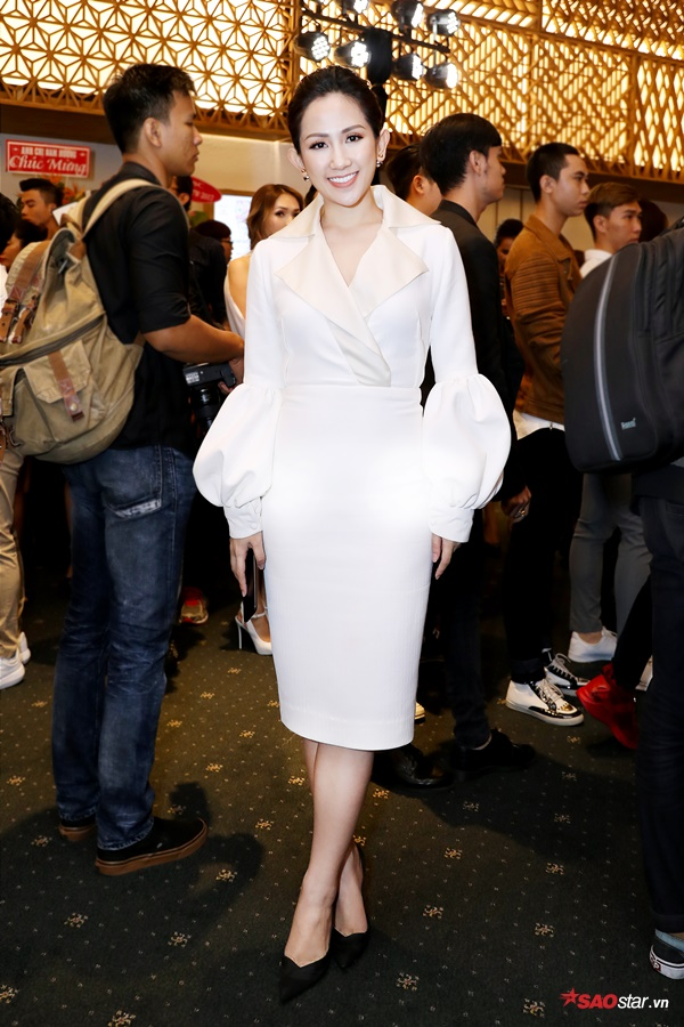 Fashionista Trâm Nguyễn trẻ trung với thiết kế váy trắng. Tay áo quả chuông là hot trend trong mùa mốt năm nay cũng được cô nhanh tay ứng dụng.