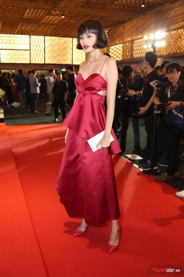 Kim Chi diện váy đỏ với thiết kế dây mảnh gợi cảm, cuốn hút trên thảm đỏ. Đôi giày ton sur ton càng khiến cô có diện mạo chỉn chu hơn