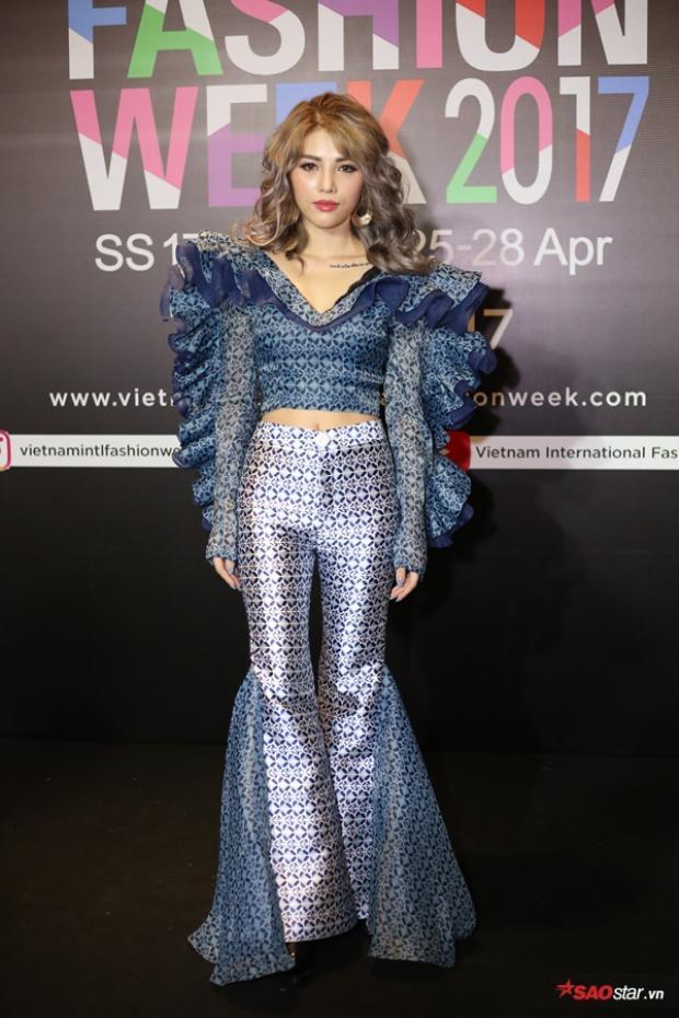NTK Giang Lê xinh đẹp, cá tính với áo nhún bèo và quần ống loe trong chính thiết kế do cô sáng tạo.