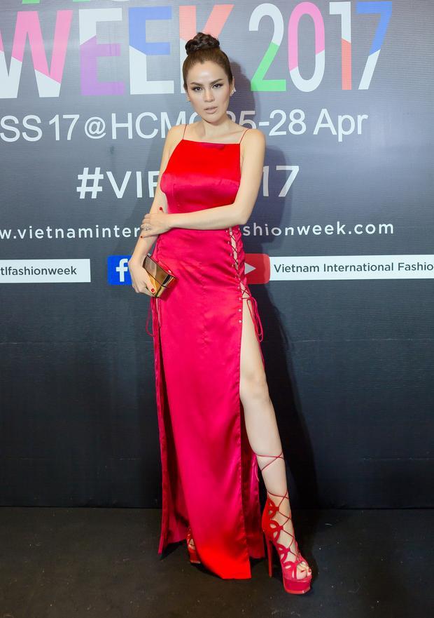 """Người đẹp Phương Lê cũng chẳng kém cạnh khi diện đầm xẻ đan dây quá táo bạo, """"chặt chém"""" đàn em trong cùng tông đỏ quyến rũ."""