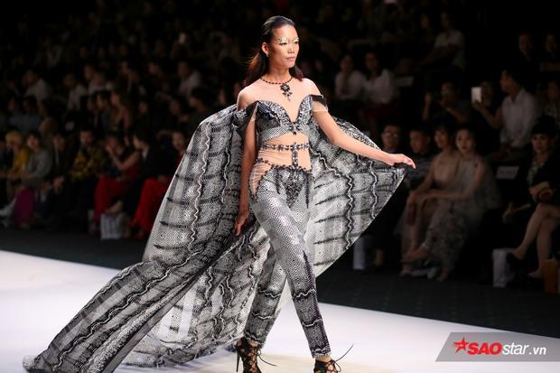Mặc bị vu chôm hình sống ảo, Ngọc Trinh vẫn ung dung diễn fashion show rồi mới khoe clip đập hộp