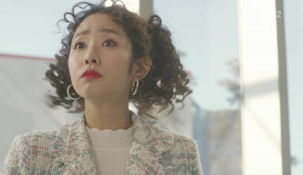 Sung Sang Tae và Oh Kwang Sook vô tình chạm mặt, lướt qua nhau rồi chợt đứng sững và ngoái lại nhìn đối phương
