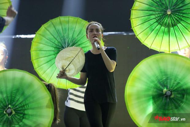 Với những đạo cụ đa màu sắc, Yến Trang sẽ mang đến cho khán giả câu chuyện gì đây?