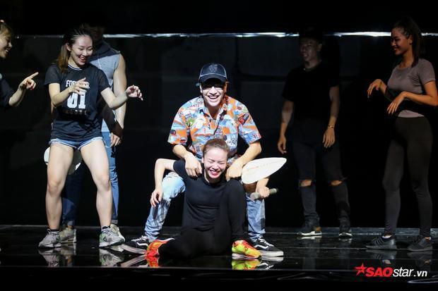 Có thể thấy, Yến Trang hoàn toàn thoải mái và rất nhiệt huyết, hết mình trên sân khấu. Liệu cô nàng có chinh phục được khán giả của mình trong đêm thi lần này?