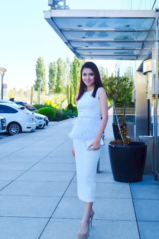 Thuỳ Dung diện một thiết kế váy tông trắng của NTK Lê Lucas thực hiện với điểm nhấn đính kết ở phần eo giúp ngưởi đẹp sinh năm 1996 rạng rỡ và toả sáng.