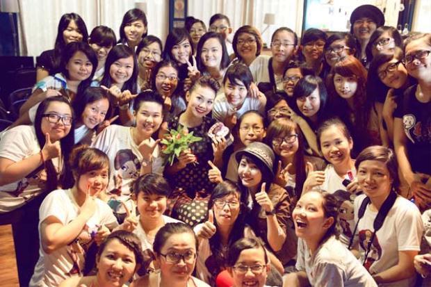 Siêu mẫu Thanh Hằng hạnh phúc trong vòng tay của người hâm mộ.