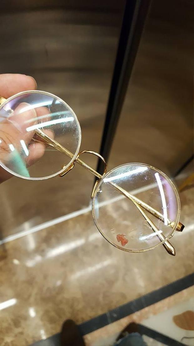OnlyC đăng tải kèm bức ảnh chụp chiếc kính vẫn còn dính dưa hấu.