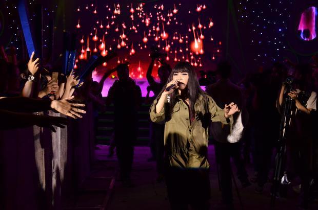 Sau sự cố này, nữ ca sĩ đã xuống khu vực khán giả để biểu diễn, để khẳng định không hề có thành phần fan quá khích.