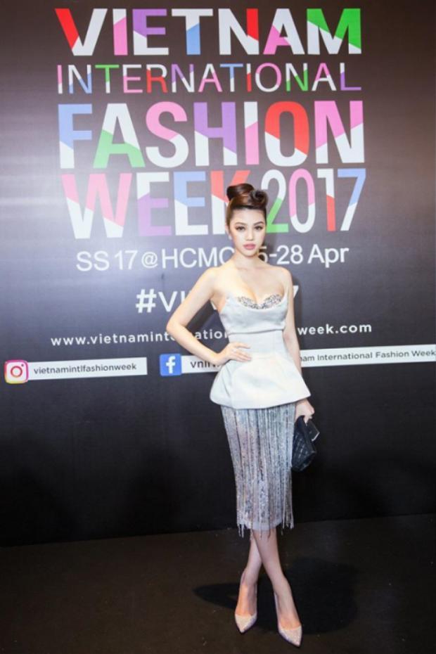 Chiếc đầm bạc lấp lánh kết hợp áo 2 dây phủ ngoài lạ mắt, Jolie Nguyễn đang dần gây ấn tượng trong làng mốt Việt.