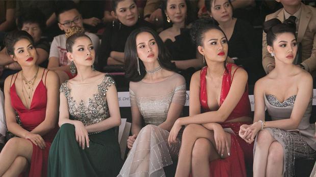 Trên cùng hàng ghế, các mỹ nhân showbiz Việt không khi nào rời mắt khỏi các mẫu thiết kế trình làng trên sân khấu.