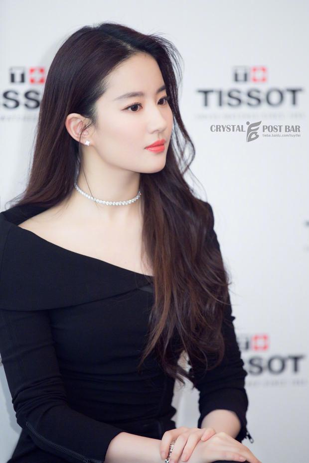 Lưu Diệc Phi đơn giản nhưng vẫn xinh đẹp. Bộ trang phục màu đen tôn lên màu da và vóc dáng thanh thoát của cô.
