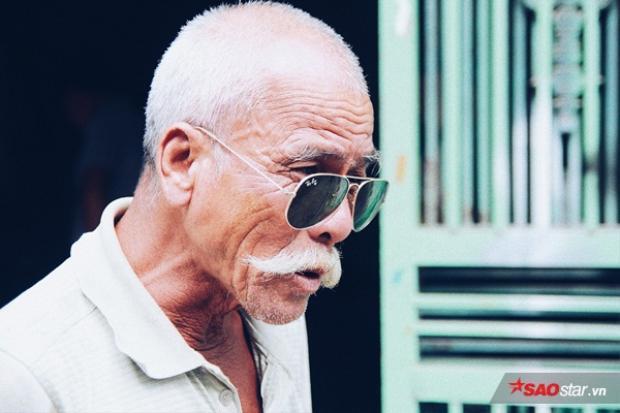 Vừa đẩy xe thồ vừa huýt sáo, cụ ông 70 tuổi khiến nhiều người thích thú bởi khí chất ngất trời