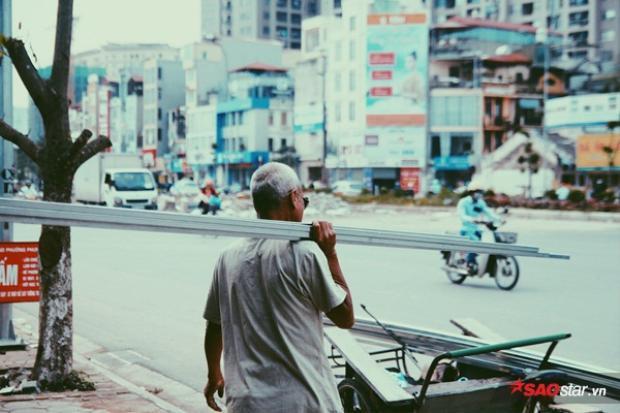 Ông Bình làm công việc chở hàng thuê gần 50 năm nay.