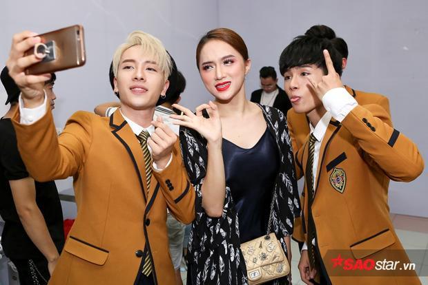 """Nhóm tranh thủ selfie cùng """"đàn chị"""" Hương Giang Idol. Là nghệ sĩ duy nhất được khán giả cứu để góp mặt trong đêm thi quyết định, giọng ca Mùa ta đã yêu hứa hẹn mạng đến những phần thi bùng nổ, nhiều màu sắc."""