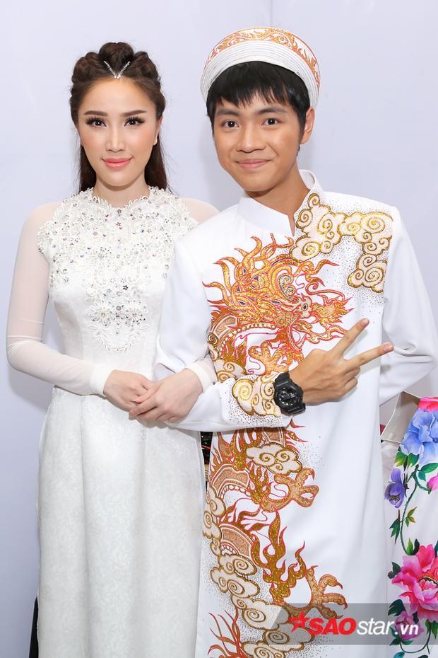 """""""Công chúa bong bóng"""" vui vẻ chụp hình cùng Quán quân Sing My Song Cao Bá Hưng - người hỗ trợ mình trong 1 tiết mục dự thi."""