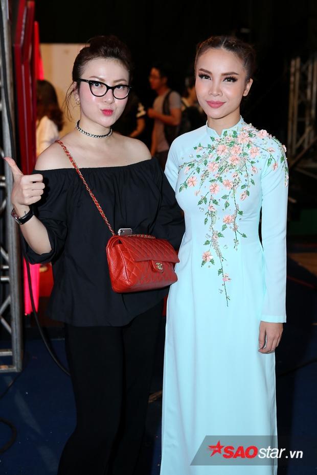 Như thường lệ, ca sĩ Yến Nhi có mặt tại địa điểm ghi hình nhằm hỗ trợ và tiếp sức cho chị gái. Yến Trang nền nã trong bộ áo dài màu xanh pastel.