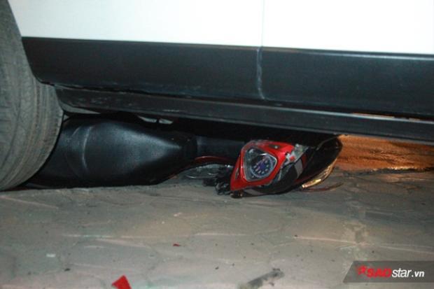 Một xe máy bị cuốn vào gầm và kéo lê khoảng 50m.