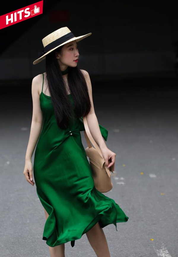 """Mặc cho sức hút của Fashion Week có thế nào, stylist Đặng Thùy Dương vẫn một mình một sân chơi khi thả sức """"bung lụa"""" trong chiếc váy 2 dây mỏng manh đón hè đầy sôi động. Mẫu trang phục được làm từ chất liệu lụa cao cấp giúp cô nữ tính và quyến rũ hơn trong shoot hình street style."""