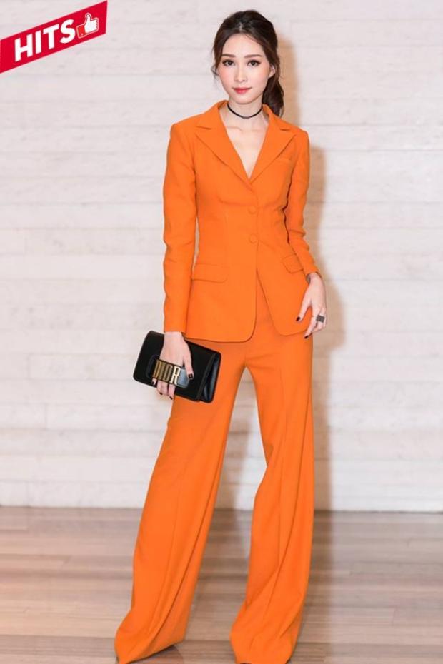 Hoa hậu Đặng Thu Thảo lịch lãm, trẻ trung với style menswear cùng bộ suit tông cam cà rốt nổi bật. Chiếc clutch cầm tay hiệu Dior màu đen như điểm nhấn thú vị trên toàn set đồ giúp mang đến cho cô nàng tổng thể hài hòa nhất.