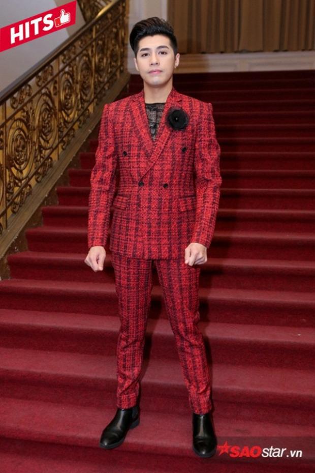 Noo Phước Thịnh trẻ trung, nổi bật với bộ suit màu đỏ lịch lãm. Phần cài áo bằng bông hoa màu đen được coi là 1 điểm nhấn vô cùng tinh tế giúp diện mạo của anh thoát khỏi sự nhàm chán.