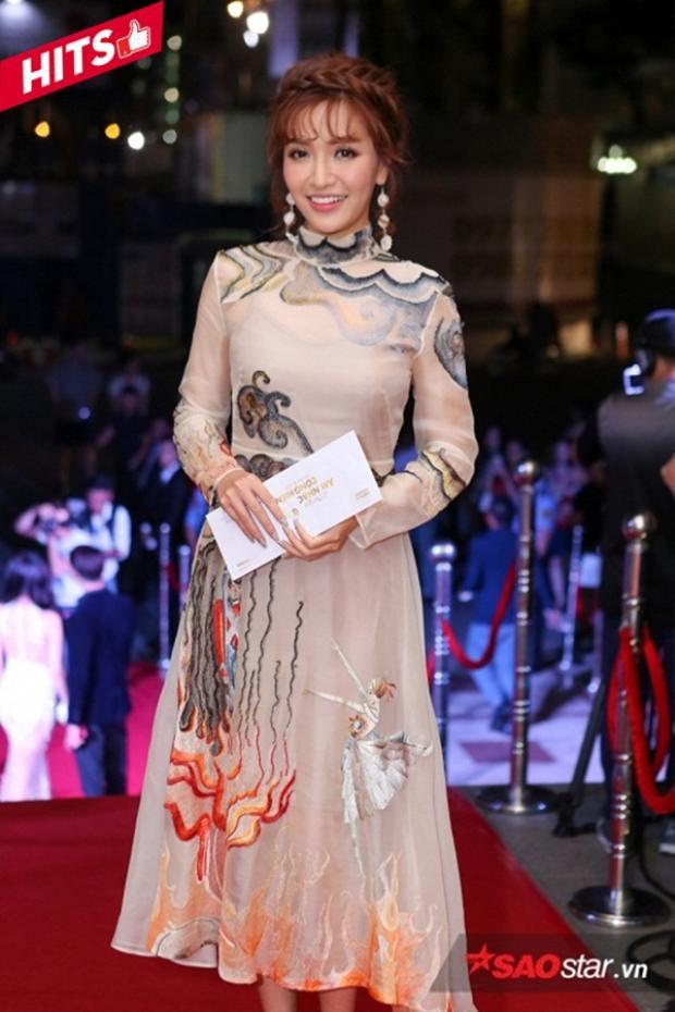 Mặc lùm xùm chuyện làng mốt đạo nhái, ca sĩ Bích Phương vẫn đẹp tựa sương mai trong thiết kế của Trần Hùng được làm bằng chất liệu cao cấp được nhập nguyên kiện từ Hàn Quốc.