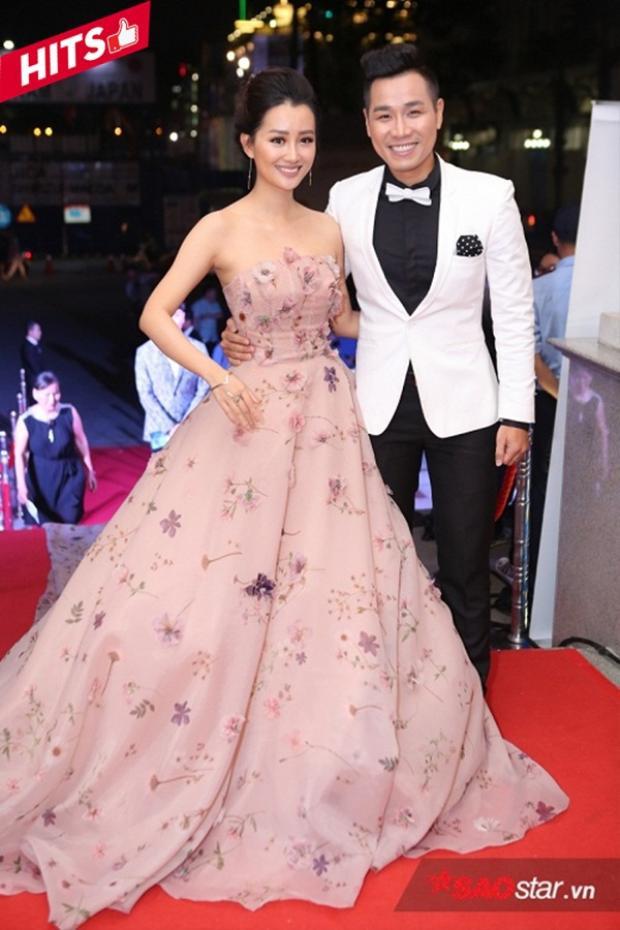 MC Quỳnh Chi hóa nàng công chúa trong mẫu váy dạ hội màu hồng nữ tính cup ngực khoe vai trần, sánh đôi bên MC Nguyên Khang. Họ thực sự là cặp đôi trai tài gái sắc khiến thảm đỏ sự kiện được tỏa sáng hơn.