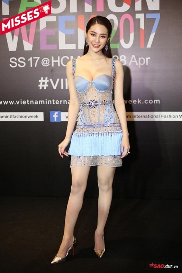 Người mẫu Linh Chi dù chỉ diện mỗi chiếc váy ôm thôi nhưng cũng đủ làm người nhìn cảm thấy rối mắt. Hơn nữa chất liệu vải trong suốt lại khiến cô mất điểm vì khoe cơ thể một cách quá đà.