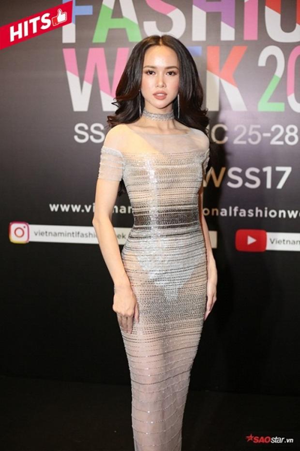 Ngọc Anh luôn quyến rũ bởi cô nàng sở hữu thân hình đẹp không góc chết với số đo 3 vòng chuẩn mẫu khiến người nhìn phải đứng hình. Trong thiết kế trong suốt này, mỹ nhân đẹp và sang trọng một cách hoàn hảo nhất.