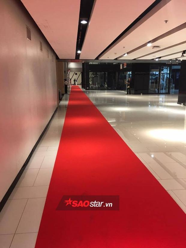 Đặc biệt, bên ngoài thảm đỏ, ekip chương trình đã chu đáo trải dài từ khu vực thang máy cho đến nơi ghi hình.