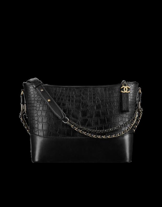 Cận cảnh thiết kế túi kinh điển Chanel's Gabrielle Hobo Bag màu đen đầy cá tính.