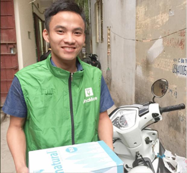 Anh Trần Văn Niên là một shipper của dịch vụ giao hàng trực tuyến AhaMove.