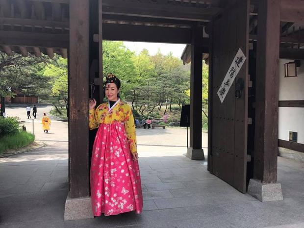 Uyên Linh trong chuyến đi Hàn cũng tham gia trình diễn 3 ca khúc Chờ người nơi ấy, Cảm ơn tình yêu và Bonjour Vietnam.