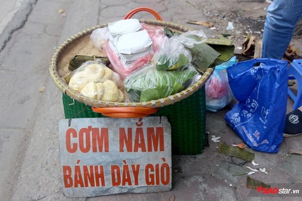 """Chúng ta có thể dễ dàng bắt gặp những chiếc mẹt với chiếc biển """"Cơm nắm, bánh dày giò"""" như thế này trên phố phường Hà Nội."""