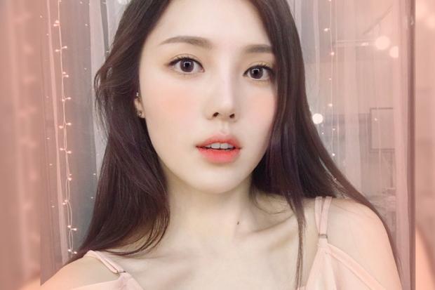 """Với màu son này bạn cần kết hợp cách đánh má cam và màu mắt nâu nhạt. Đây là kiểu make up """"trái mơ"""" nổi tiếng của Hàn và Nhật. Nên nhớ chỉ đánh lòng môi bằng cách tô điểm màu son phơn phớt nếu không bạn có thể sẽ bị già đi đấy!"""
