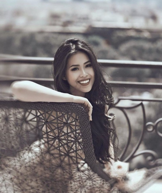 Nụ cười tỏa nắng cùng làn da bánh mật cực kì cuốn hút của cô nàng, khiến ai cũng phải mê.