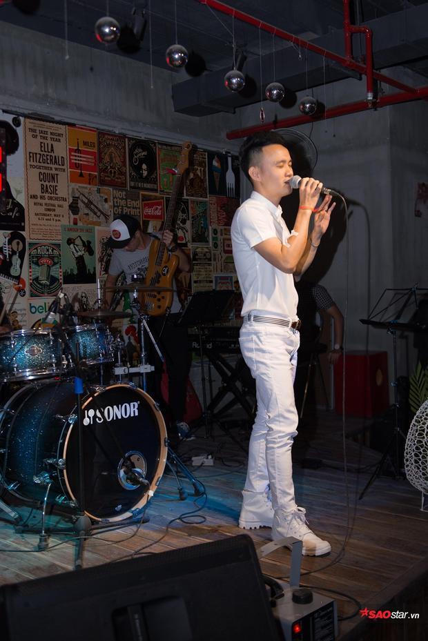 Anh Phong đầy cảm xúc qua ca khúc Không còn em nữa, Đổi thay.