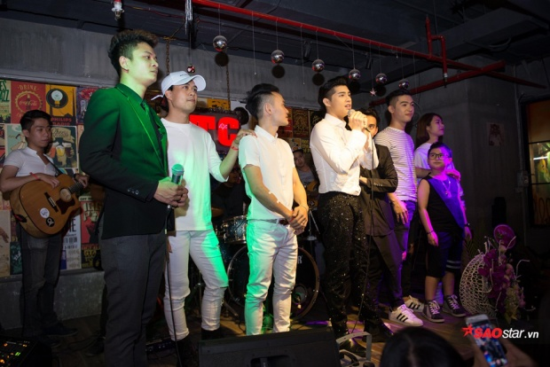 Cả team cũng không quên gửi lời cảm ơn chân thành đến khán giả trước khi kết thúc đêm nhạc.