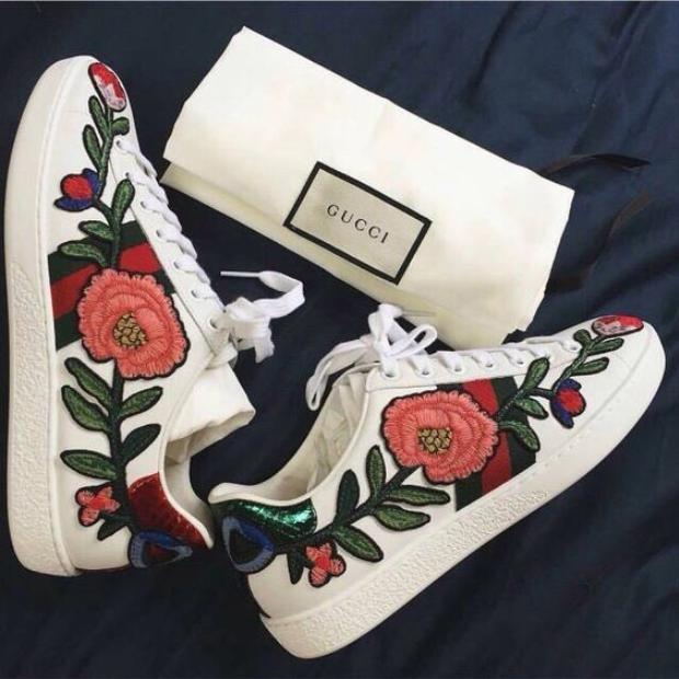 Nếu sneaker trắng của Gucci trông sang chảnh phủ kín hoa dọc hai bên giày thì…