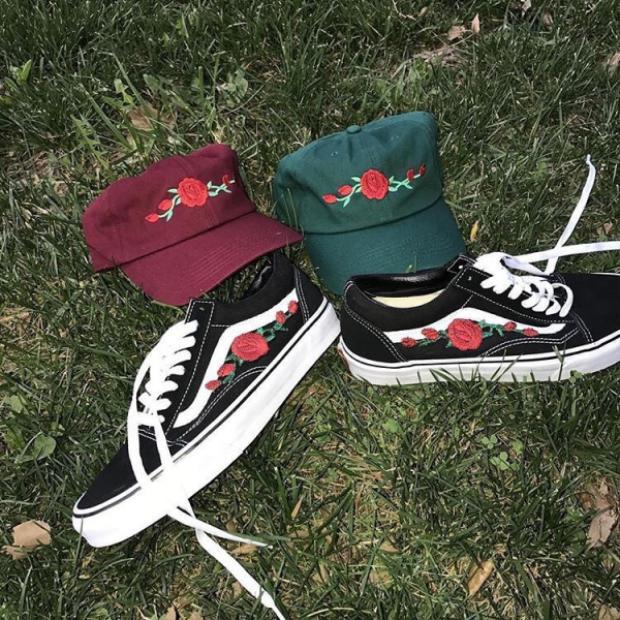 Không chỉ sáng tạo với giày mà còn cả một bộ mũ lưỡi trai cũng được trưng dụng có đôi có cặp.