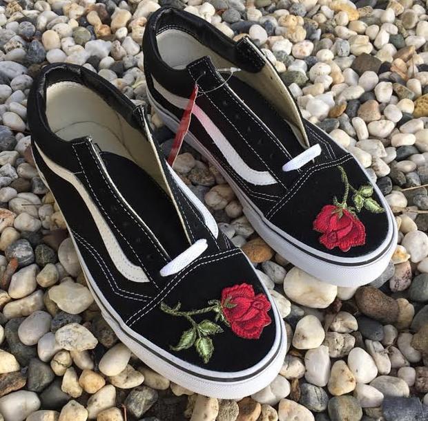 Tùy vào sở thích mà đặt hoa ở bất kỳ đâu bạn muốn: thân giày, mũi giày hay thậm chí sau gót đều được cả.