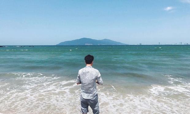 Bạn trai Thu Thảo - doanh nhân Trung Tín chia sẻ bức ảnh chụp phía sau tại bãi biển Nam Ô, Đà Nẵng.