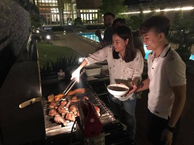 …Rồi đích thân đứng bếp nướng đồ ăn cho học trò.