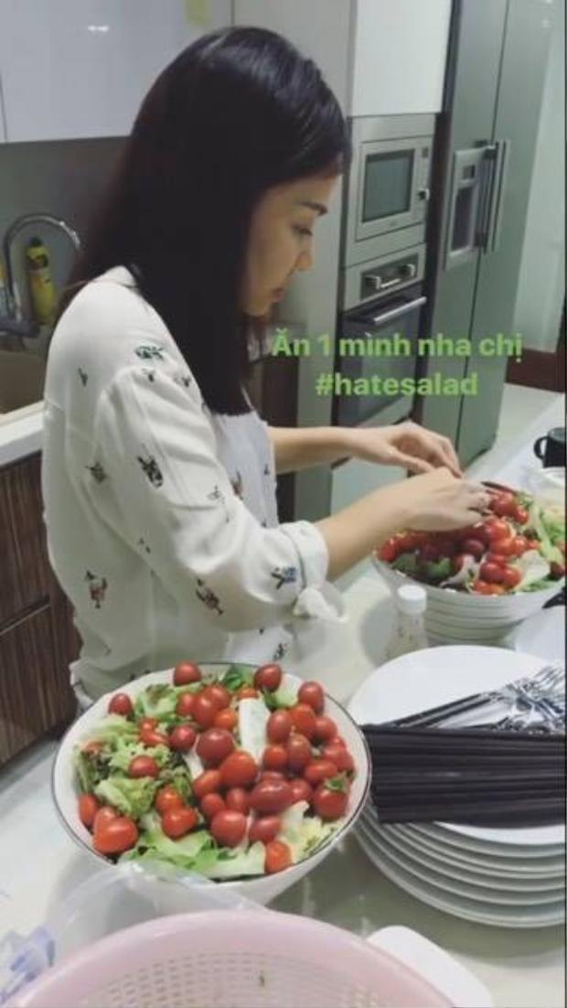 Thu Minh chuẩn bị salad…