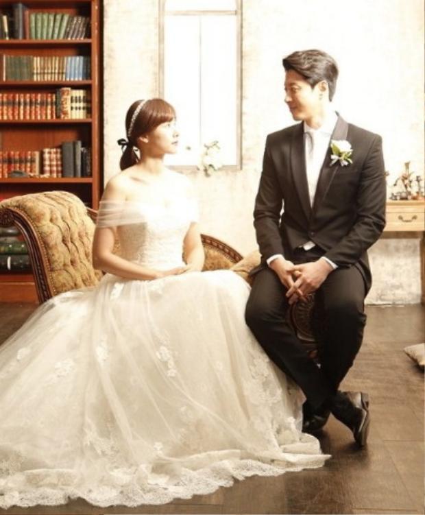 Lee Dong Gun và Jo Yoon Hee trong trang phục cô dâu chú rể.