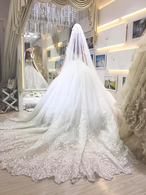 Cận cảnh bộ váy cưới đẹp lung linh của Khởi My.