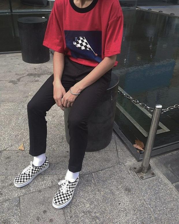 Outfit khá đơn giản nhưng dễ thương vô cùng. Họa tiết lá cờ caro trên áo vừa đủ để tạo điểm nhấn hợp rơ với đôi giày phía dưới.