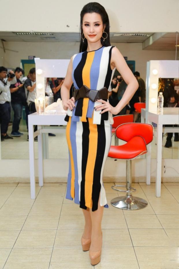 Đông Nhi chọn chiếc váy của thương hiệu Salvatore Ferragamo với những sọc kẻ nhiều sắc màu vô cùng bắt mắt. Đây cũng là thiết kế được mỹ nhân Ấn Độ gợi cảm nhất thế giới Deepika Padukone từng mặc trước đó.
